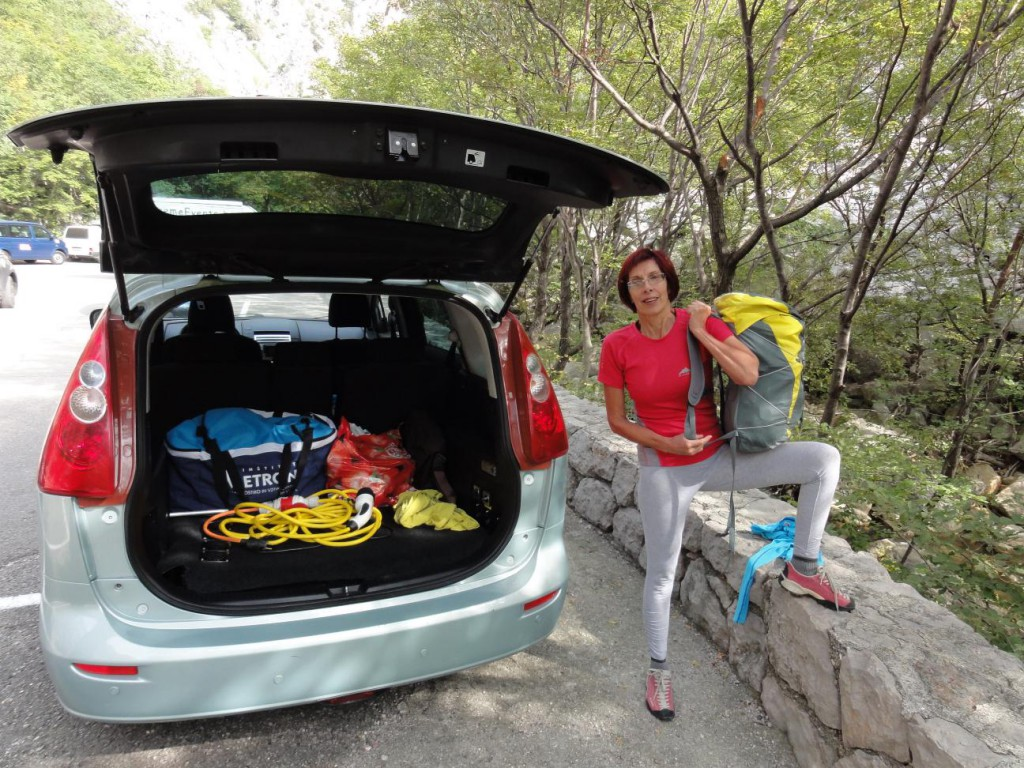 Pa še ena slika, da se utiša nakladanje tistih, ki trdijo, da je bil avto napolnjen z baterijami… prtljažnega prostora ima natanko toliko, kot serijska Mazda 5 in ja, postanek v Starigradu sva izkoristila tudi za plezanje v Paklenici :).